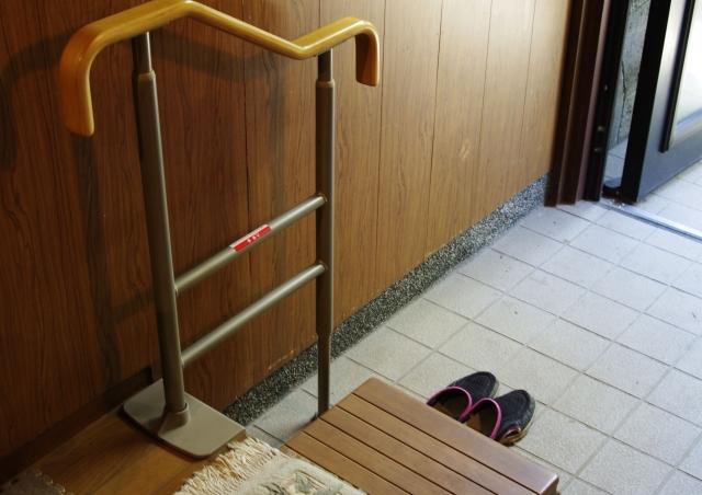 玄関の手すり設置イメージ